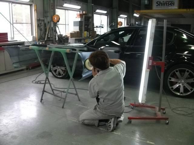 センスと経験を持った職人たちがお客様の愛車を加工します。