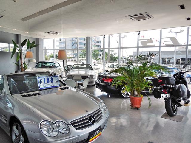 ショールームにはオープンカーを展示中です。車談義など様々な形で楽しめるお店作りを心掛けております。