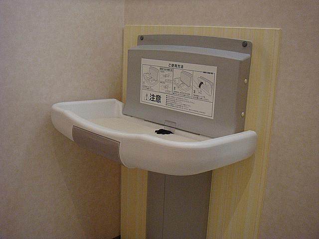 女性用トイレにはベビーベッドをご用意。また、バリアフリー対応なので車椅子でのご利用も可能です。