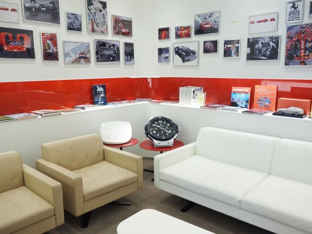 応接スペースです。心ゆくまでフェラーリの世界観をご堪能下さい。