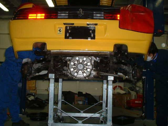縦置き8気筒フェラーリ用には専用のドーリーをも備え、エンジン周辺整備にも万全の体制を整えております。