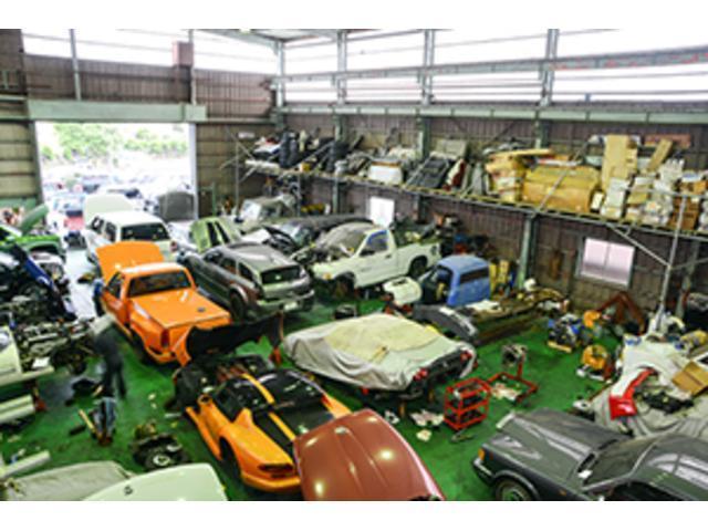 広い工場には依頼頂いたお車があふれんばかり