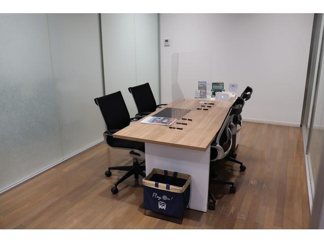広くて開放的な商談スペースでご対応致します!個室商談スペースも3部屋完備しております。