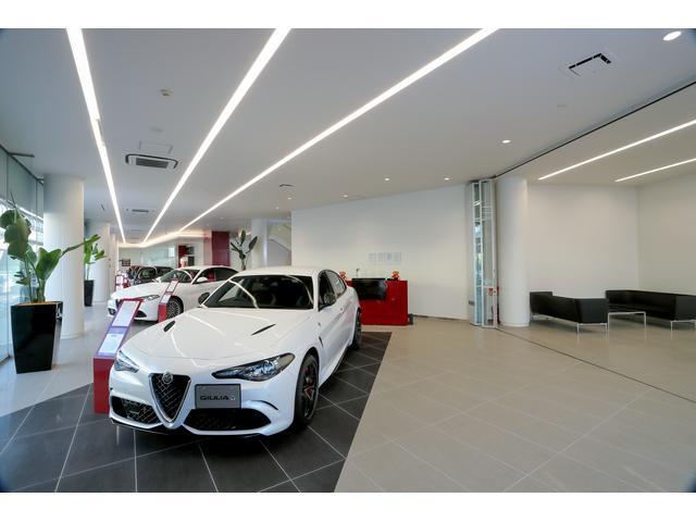 開放的なショールームに、最新モデルを展示。 入り口では、シンボルカー「8C」がお出迎えです。
