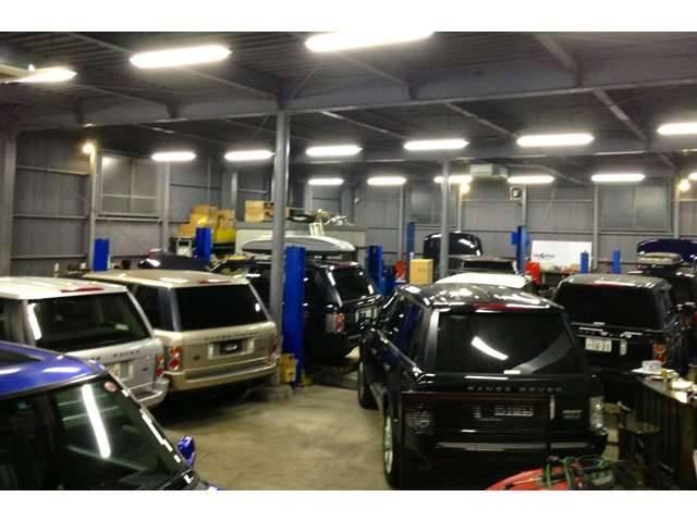 自社認証工場内は歴代のレンジローバーの車検や修理で30台近くぎっしり。