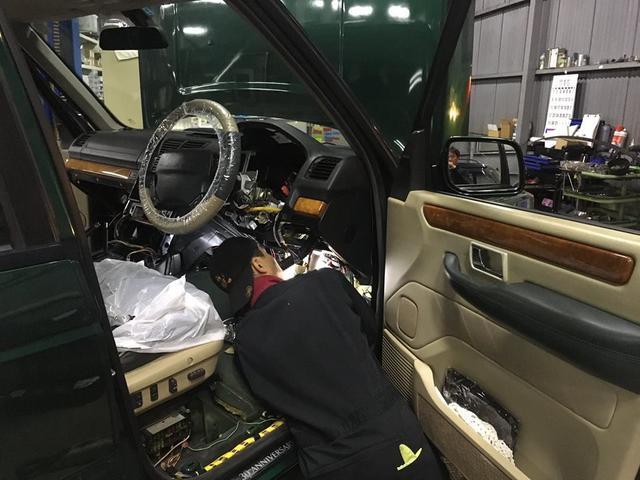 2ndレンジローバーのクーラント漏れ修理。ダッシュボード脱着も頻繁に行っています。
