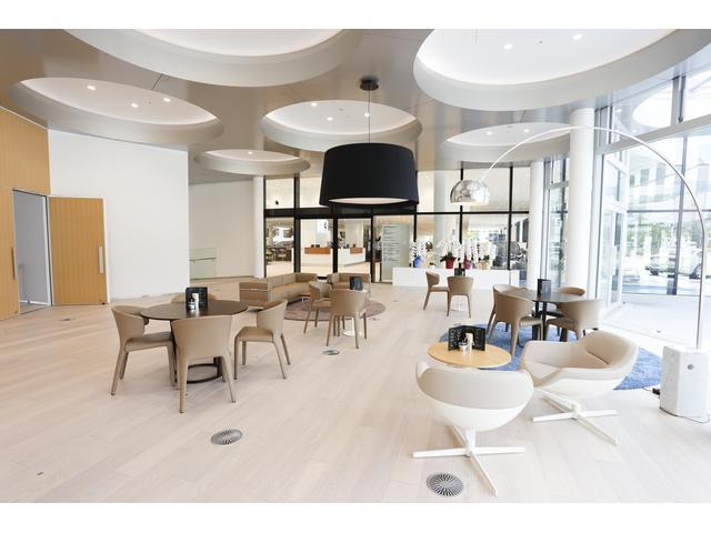 BMW/MINI CI に合わせた高品質な家具を備えるプレミアム・ブランドに相応しい商談エリアです。