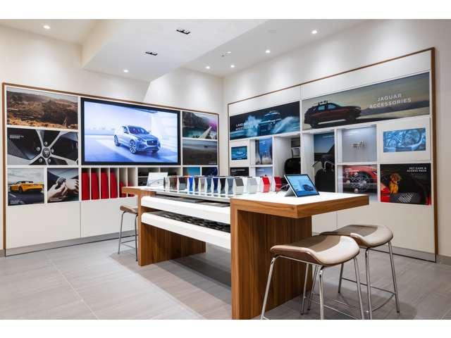 ショールームにはアクアリウムがございます。お車をご覧頂きなから熱帯魚観賞もして下さい。