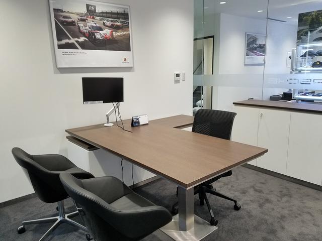 商談スペースも広々としており、個別スペースでゆっくりとお話していただけます。