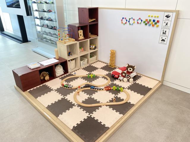 店頭展示だけでなく、ショールーム内の大型ディスプレイで弊社グループ店の在庫検索も可能です。