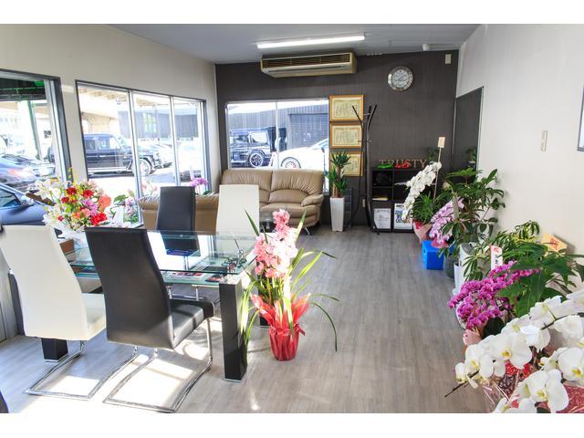 心地よい商談スペースと、元気で明るいスタッフが皆様のご来店をお待ちしております。