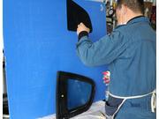 ガラスフィルムも手作業で施工致します。
