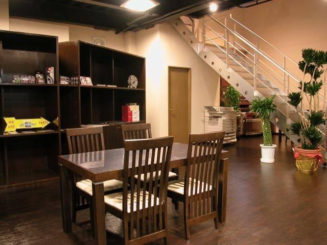 カフェか美容室かと思わせる洒落た店内。女性客も安心してご来店頂けます