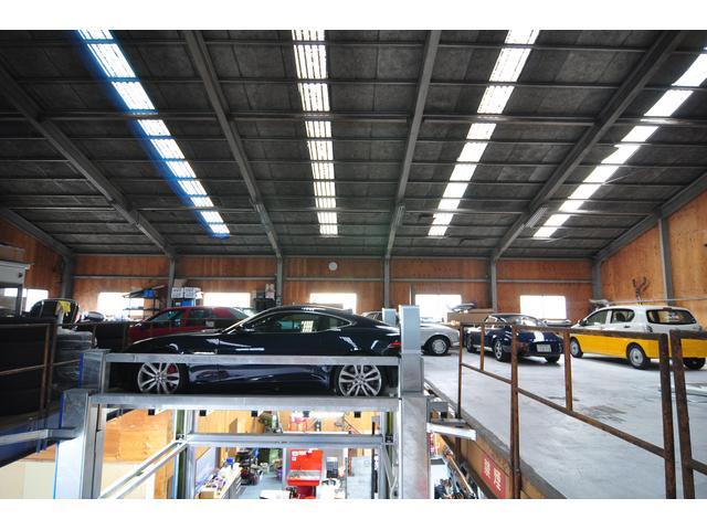 2F車両保管場所にて、お客様の大事な車両を安全に保管しております。