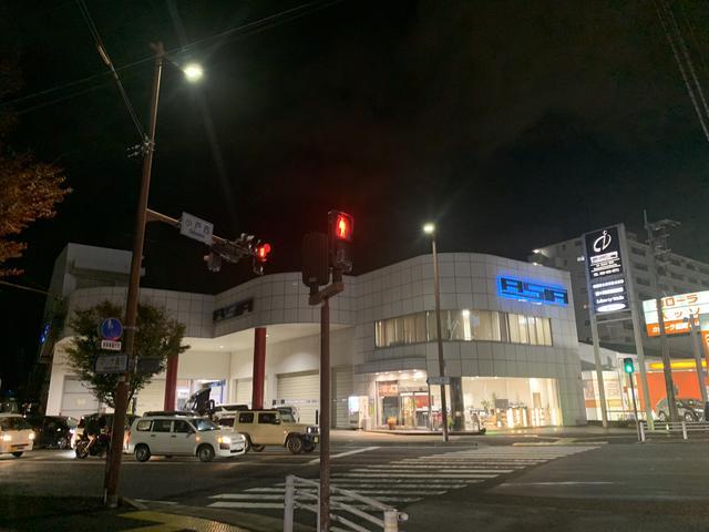 小戸交差点の好立地。一目でわかる「亜細亜自動車」。販売・買取・車検・修理などお気軽にご相談下さい。
