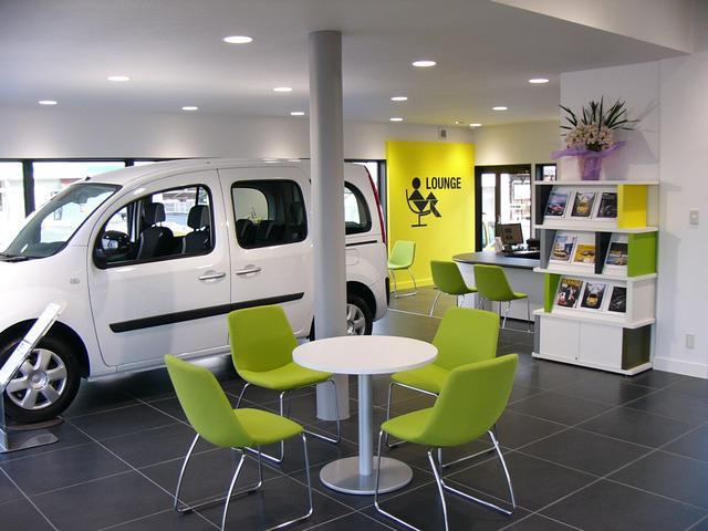 ゆったりとくつろげる空間で皆様をお待ち致しております。ルノー店舗設計に基づいたショールームです。