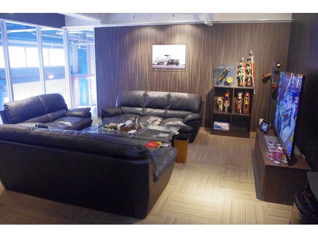 ソファーの横には大画面TVを完備。ゆっくりとした空間でおくつろぎのひと時を。