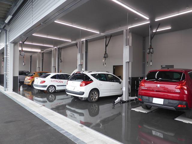 5基のリフトを備えた最新鋭の工場は、ゆとりある待機スペースなど大切なお客様のお車をお預かりするために