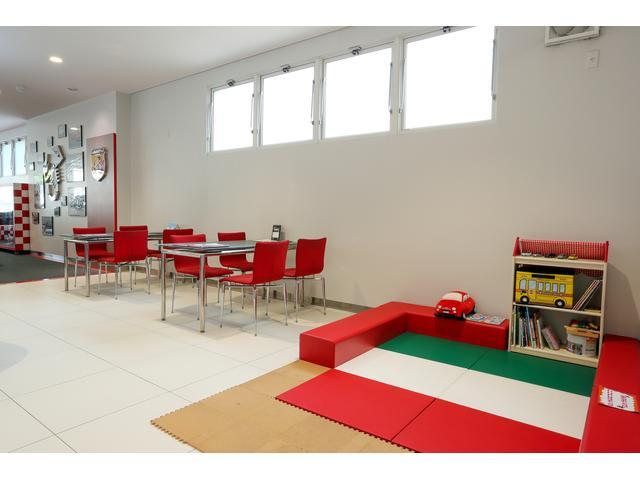 キッズコーナーを設けた安心と安らぎの商談スペース。