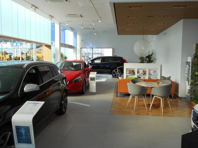 快適なショールームにて、お車選びのお手伝いから、ご購入後の整備待ちまで、ご対応致します。