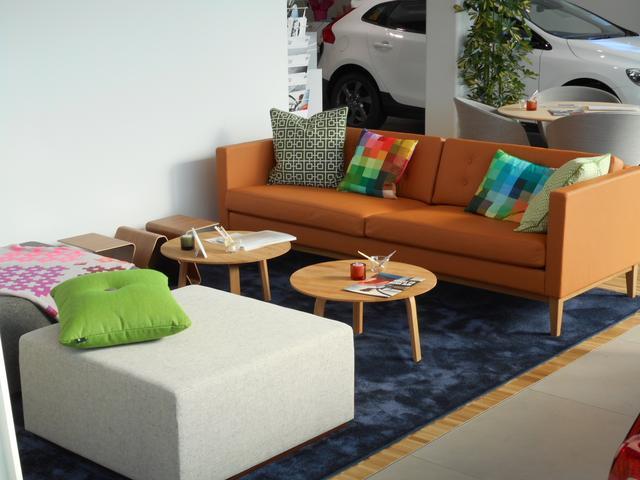 最新のデザインが採用された、快適なショールーム。お車と生まれた国の雰囲気をともにお楽しみください。