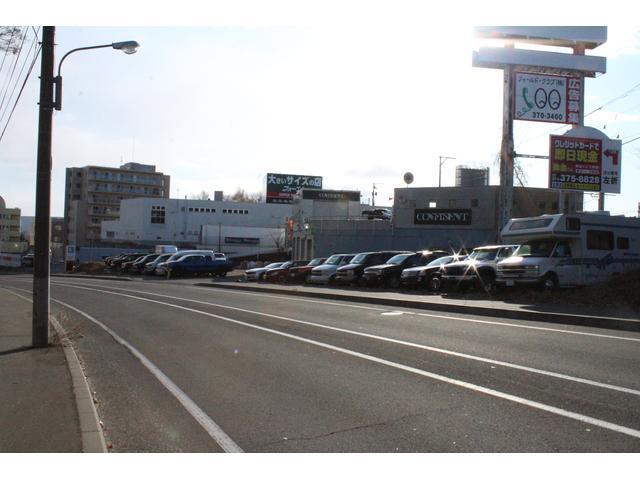 【旧道側】多くのアメ車が並んでおります。駐車場はこちらからご利用下さい。
